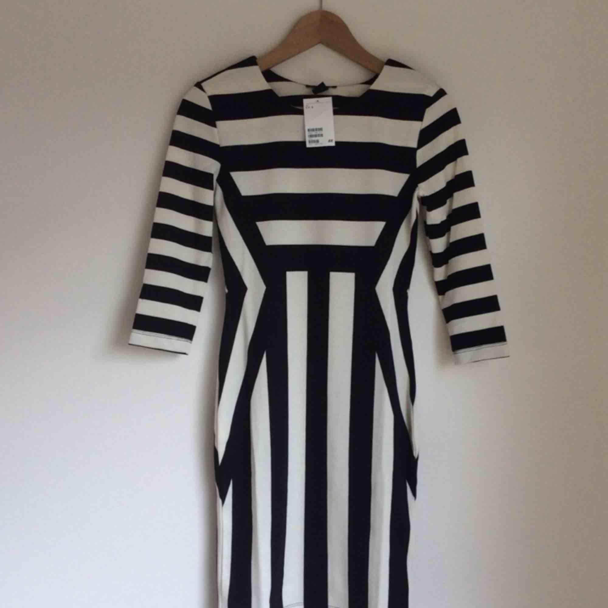 3dbf71429890 Storlek Small Svart vit randig klänning festklänning från H&M. Helt ny med lappen  kvar.
