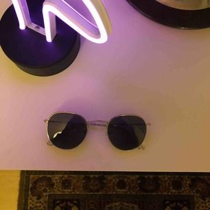 Solglasögon Köparen står för frakt!!