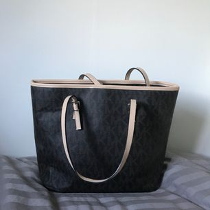 Säljer min Michael Kors AA-kopia väska. Materialet är TT hårt vilket gör att kvaliten är bättre än vanligt och man kan även ha tyngre saker i väskan utan att botten hänger.