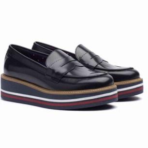 Nästintill oanvända Tommy Hilfiger plattform loafers, samma modell som första bilden förutom att det är ett grått streck istället för rött, se bild 2 💯 Köpare betalar frakt, kan mötas upp i linköping🙌🏼 Pris kan diskuteras vid snabb affär👀