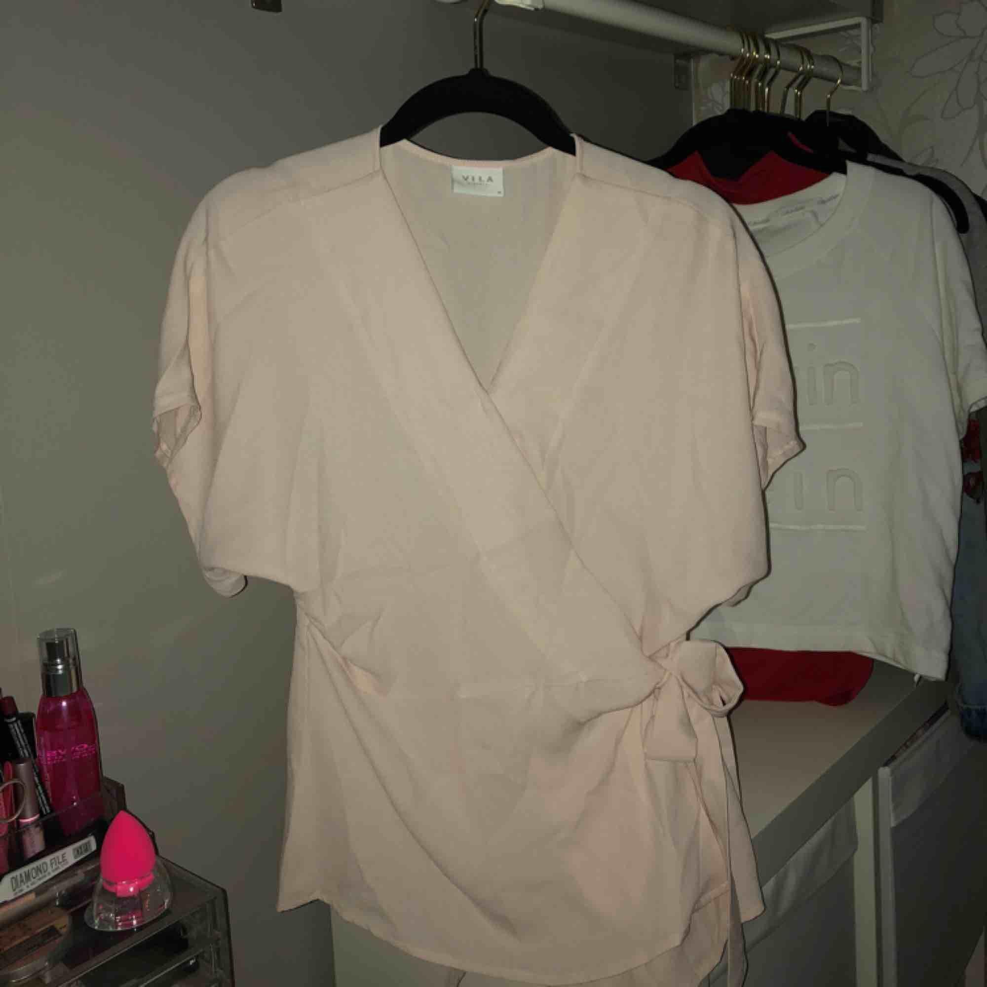 En snygg festlig rosa blus med knytning på sidan Alla kläder är hela och köparen  står ... 59f18244554d3