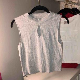 En grå croptop Alla kläder är hela och köparen står för frakten. Frakten är  79kr. H M. M. 100kr · En snygg festlig rosa blus med knytning på sidan ... a3c1520ce42c9