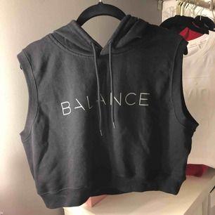 Snygg kortärmad cropad hoodie från balance Alla kläder är hela och köparen  står för frakten. 0c281987a275a