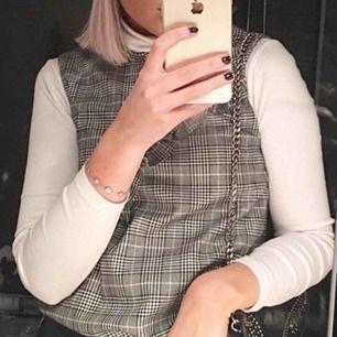 """Snygg """"tröja"""" från zara med populärt mönster. Snygg att ha över en polotröja som jag har på denna bild."""