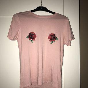Rosa tröja med blommor på bröstet från Gina tricot.  Pm för mer info och bilder 💫