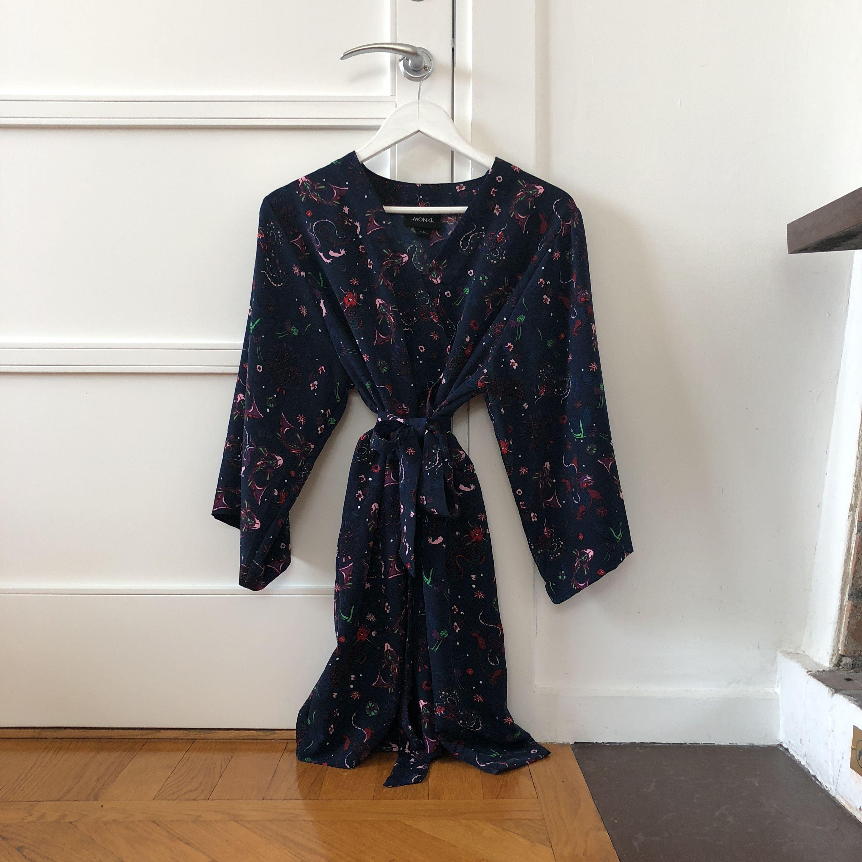 Oanvänd kimonoklänning.. Klänningar.