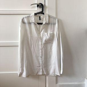 Klassisk vit skjorta. Ek figursydd. Knappt använd.