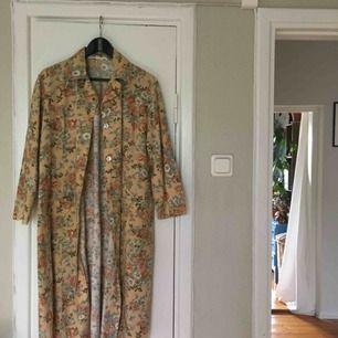 Snygg skjortklänning/kappa! Bär den hur du vill! Med blommigt tapetmönster! Köpt på second hand! Köparen står för frakten!✨ endast swish!