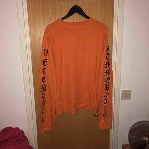 Snygg orange tröja med långa vida ärmar!  Köparen står för frakt!