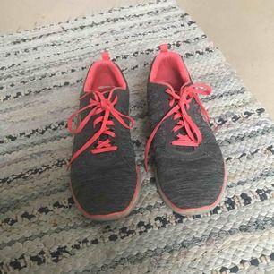 Ett par grå/neon rosa skechers. Jätte sköna tränings skor använda några fåtal gånger. De är i storlek 39,5 men är ganska stora i storleken. Original pris 999kr