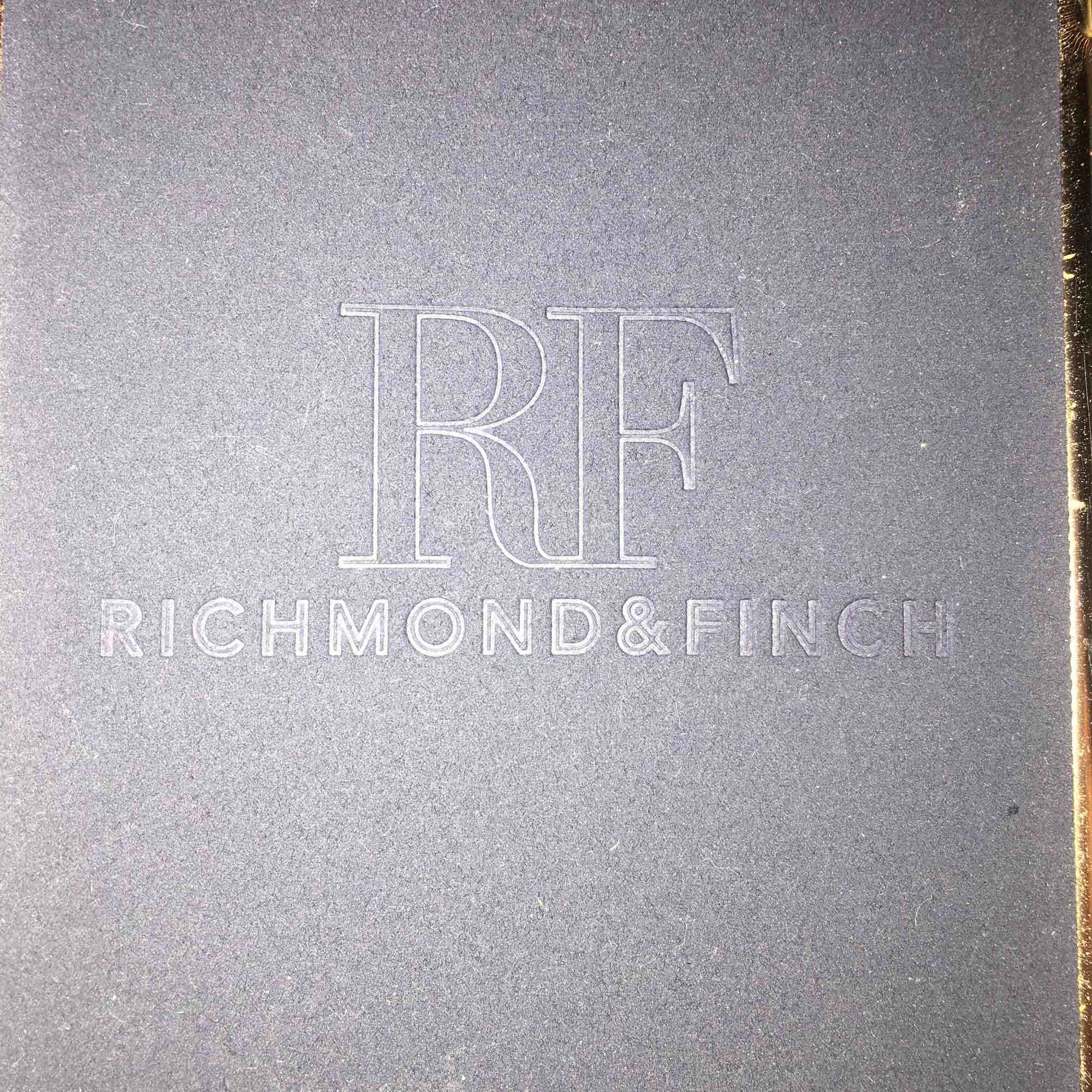 Står för frakten. Iphone 6/6s skal från Richmond&Finch säljs för 20kr. Accessoarer.