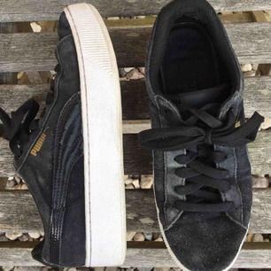 Jag säljer nu mina älskade puma skor pga för små. De är väl använda men har fortfarande mycket kvar att ge! Tyvärr har de blivit lite slitna i hälen, därav priset (kolla bild 2). Kan ev. mötas upp nära Lund, men fraktar helst. Köparen står för frakt