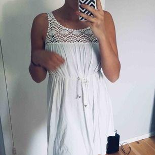 Supersöt klänning med virkad spets upptill som man kan knyta vid magen💗Passar bra någon som är S, frakt 25kr