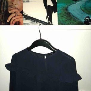 Mörkblå blus från ONLY, använd endast 1 gång, säljes pågrund av att den inte blir använd. 140kr där frakt är inkluderad, volanger vid bröstet!