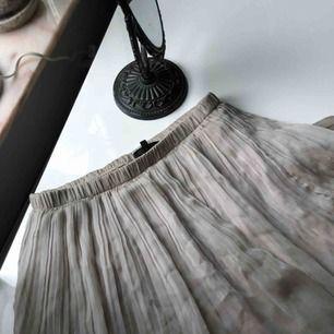 Ljus beige kjol med volang!