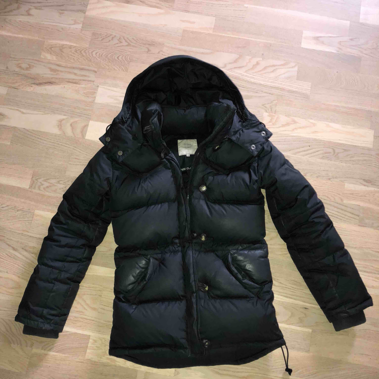Boomerang Alexandra Köptes hösten 2016 men endast använd 2 vintrar. Slitage vid fickorna samt underarmarna vilket är otroligt vanligt på denna jacka. Dock ingenting som syns mycket enligt mig.. Jackor.