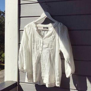 Den perfekta vita blusen som passar till allt! Sparsamt använd. Spetsdetaljer och små knappar. 💞