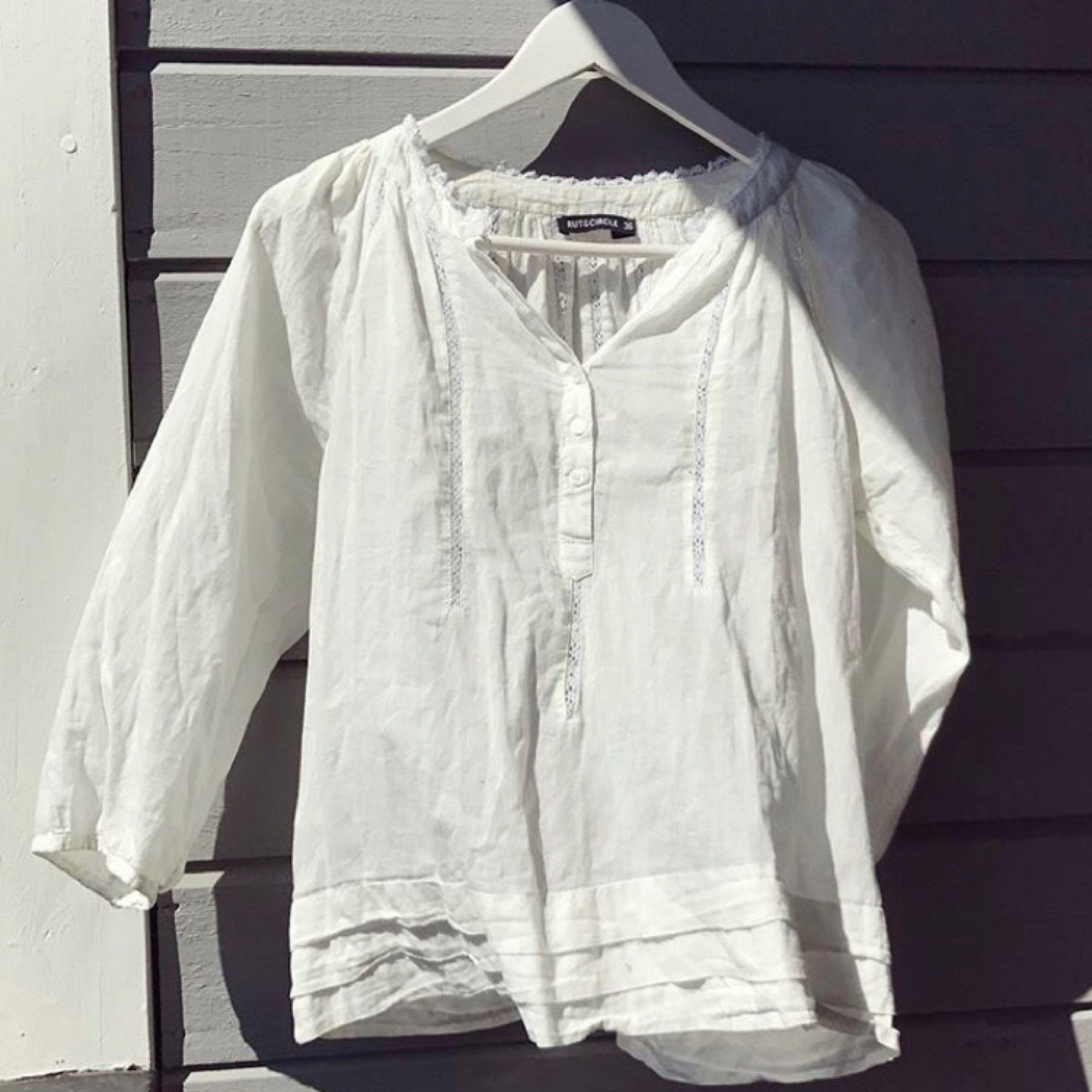 Den perfekta vita blusen som passar till allt! Sparsamt använd. Spetsdetaljer och små knappar. 💞 . Blusar.