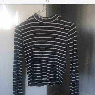 Säljer denna randiga tröja för har ingen användning utav den längre. Använd några gånger men fortfarande i fint skick. Storleken är från Zaras barnavdelning passar som XS/34. Priset ingår frakt.