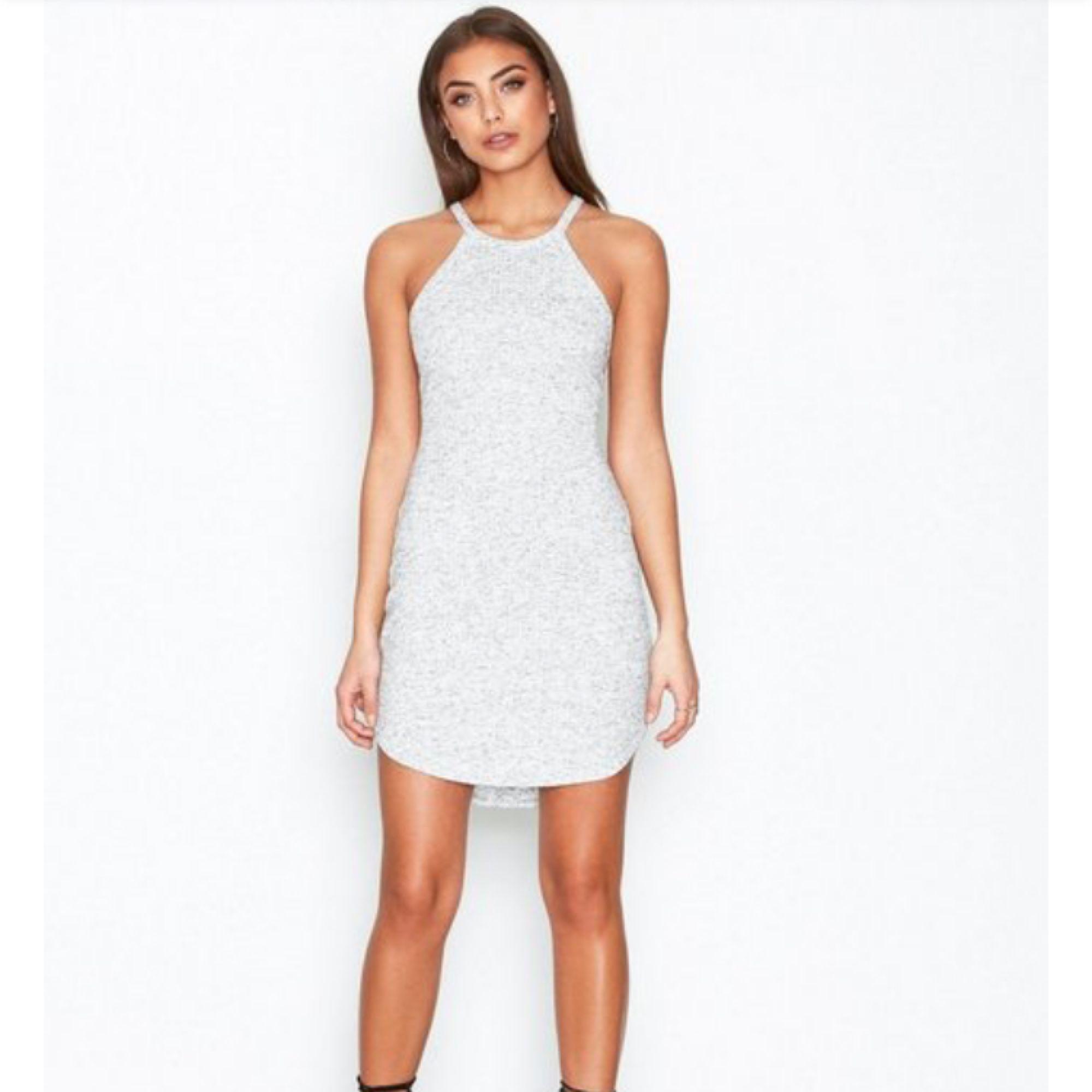 Säljer exakt denna klänningen på bilden ifrån NELLY. Supersnygg och i jätte mjukt tyg som funkar till alla tillfällen! I perfekt skick. Egen bild på klänningen går självklart att få. Upplever klänningen mer