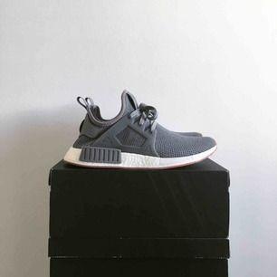 Äkta, använda en gång. Sjukt snygga skor med röda detaljer. Frakt tillkommer, skickas spårbart.