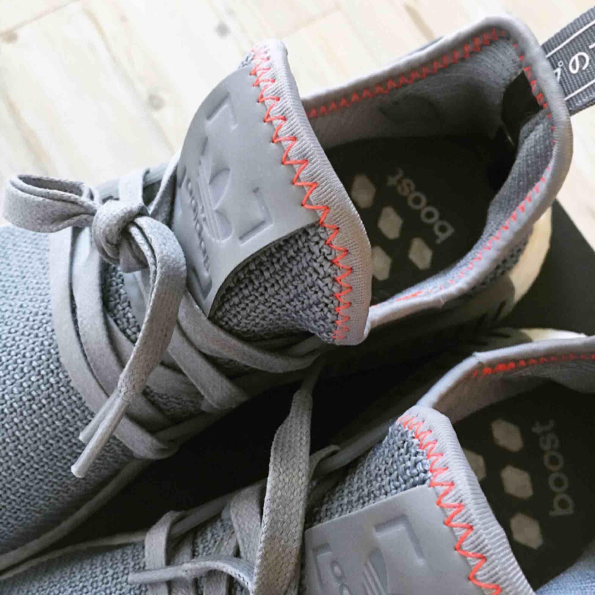 Äkta, använda en gång. Sjukt snygga skor med röda detaljer. Frakt tillkommer, skickas spårbart.. Skor.