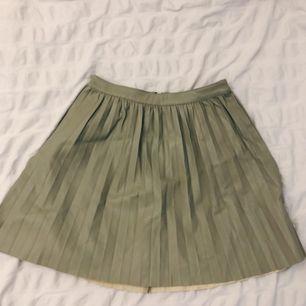 Mellan lång Läder ish kjol i fin grön färg storlek XS 🕊