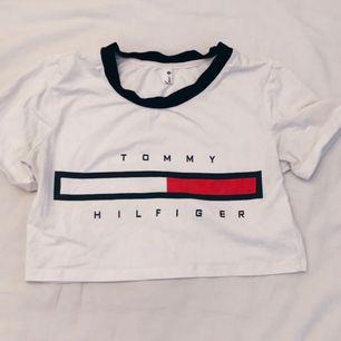 En fake Tommy tröja ser dock inte fake ut. Står på Stel M men mer som XS/S 🕊