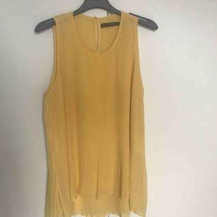 Gult linne från Zara, storlek S. Använd en gång. 💌 frakt är inräknat i priset