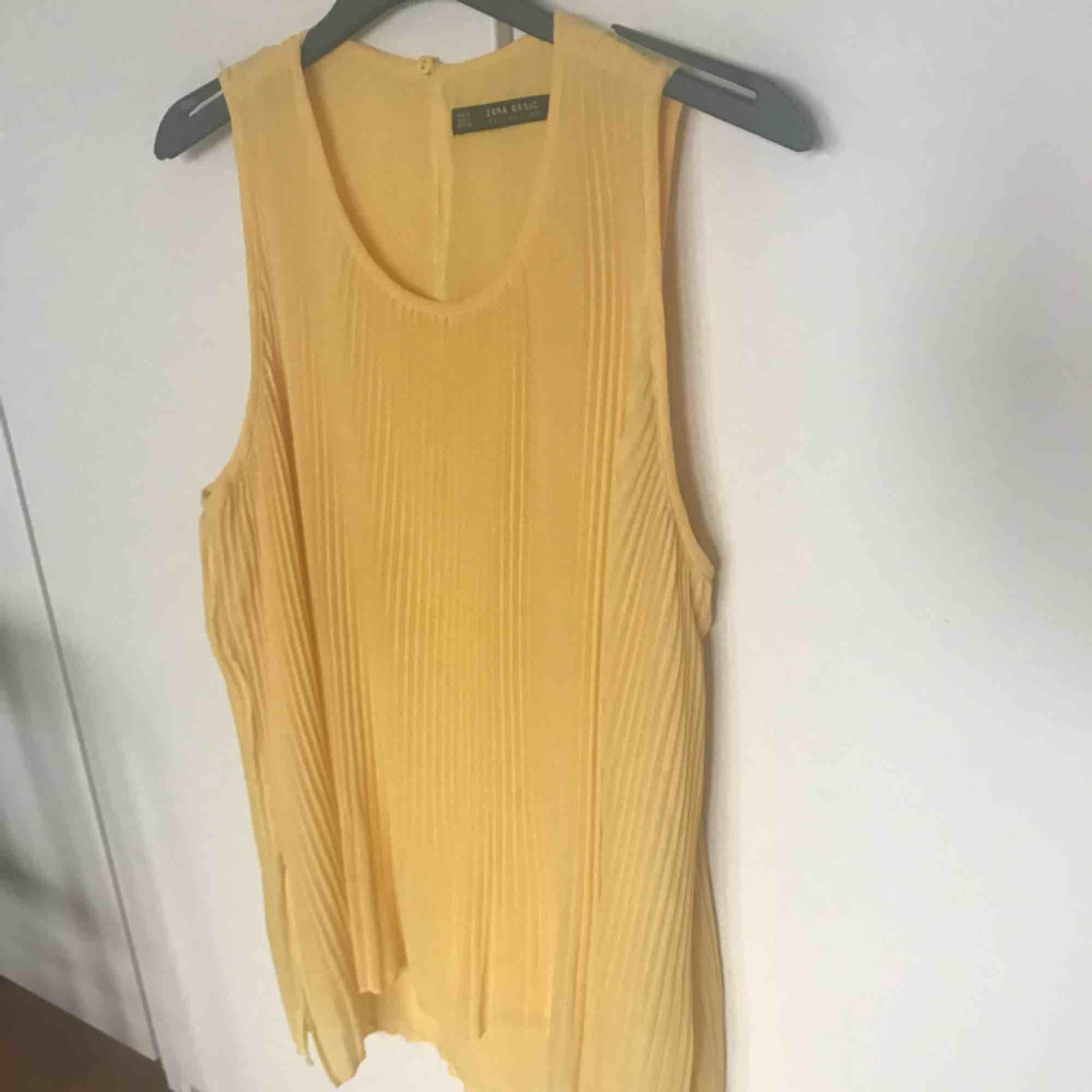 Gult linne från Zara, storlek S. Använd en gång. 💌 frakt är inräknat i priset . Toppar.