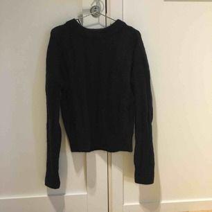 Mörkblå tröja med mohair från HM exklusive. Kan mötas upp i kungsbacka eller posta, köparen står för frakten.