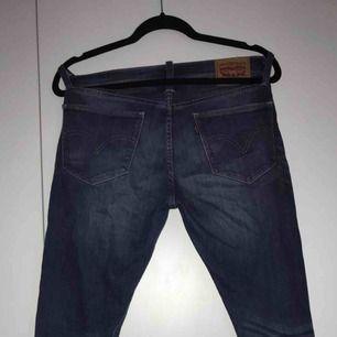 Fina Levis jeans i fint skick, stl 27 passar m (skulle jag säga (modellen heter boyfriend skinny fit, priset kan diskuteras