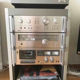En stor stereoanläggning med skivspelare med belysning, kasettdäck, radio,  2 vitmålade högtalare med stativ, Electronic . 35-40st LP skivor och en låda kasetter , allt ska bort,, kan ej fota allt