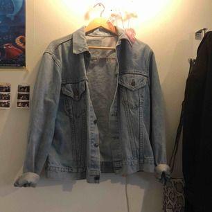 Vintage jeansjacka från levis, något använd av mig men i bra skick, har legat i garderoben senaste åren. Den är ljusblå och inte gulaktig som på bilden, dåligt ljus :))) Buda gärna!