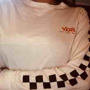Detta är en Vans-tröja ifrån Carlings, den är knappast använd och i nytt skick. Köptes för 349kr nypris! . Tröjor & Koftor.