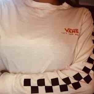 Detta är en Vans-tröja ifrån Carlings, den är knappast använd och i nytt skick. Köptes för 349kr nypris!