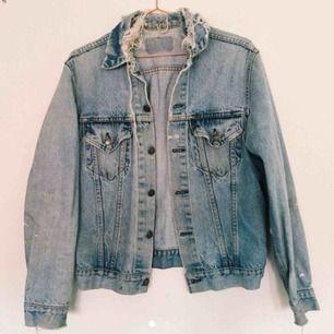 """Min favorit i jeans söker nu nytt hem!! Supersnygg levi's jacka i ett """"perfekt begagnat"""" skick - några fläckar och slitningar som i min smak bara gör den extra charmig. Storleken står ej men den har använts utav mig med storlek s.  Frakt ingår i priset!!!"""