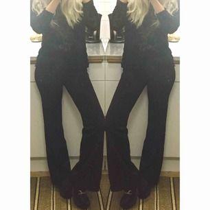 ✨🖤 MINIMALISTISKA KOSTYMBYXOR, LÅGMIDJA 🖤✨ Stl: märkt 38 Fransk Vintage, funkar bäst på XS. Mått: längd 98cm, benvidd nertill 24cm,  längd fr gren 79cm, totalmidja (låg) 72cm. Jag är 160cm. Möts upp i Stockholm, annars betalar köparen frakten.