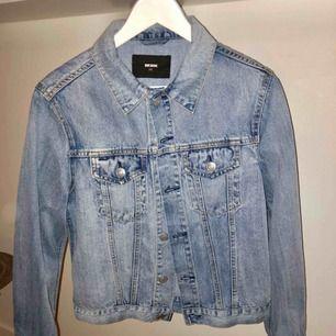 Säljer min fina jeansjacka från Bikbok, så gott som ny då den tyvärr aldrig kommit till användning.