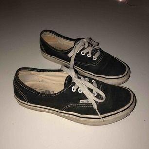 Svarta Vans, authentic shoes. helt ok skick, lite slitningar i hälarna inne i skorna.