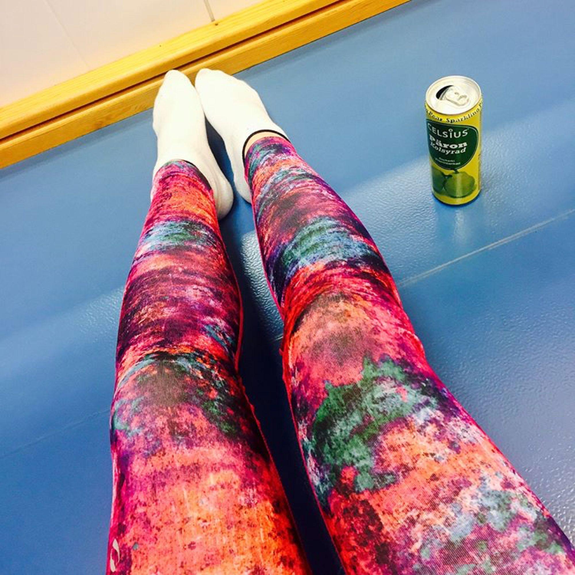 Säljer dessa supersnygga tränings tightsen som jag verkligen är älskat! Säljer då dom tyvärr blivit för små för mig. I jätte bra skick! 💕💕. Jeans & Byxor.