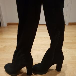 Oanvända overknee stövlar!   Snygg mockaimmitation på dessa overknee boots från Tiamo.   Kan skickas men köparen står då för frakten.