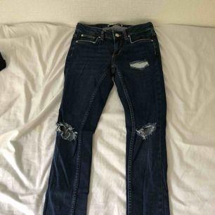 mörkblåa lågmidjade jeans från gina tricot, Kristen frakt 34kr