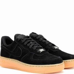 I akut behov av dessa skor, snälla, om ni har såna här liggande hemma i rimligt skick, eller om ni vet vart man kan köpa dom eller bara hur jag ska få tag i dom, kontakta mig!!!!