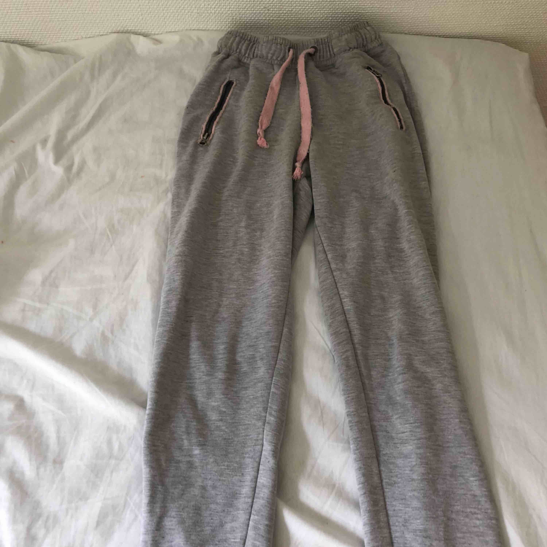 gråa mjukisbyxor från ullared, rätt så långa i benen för dess storlek dock, passar mig som har xs  frakt 34kr. Jeans & Byxor.