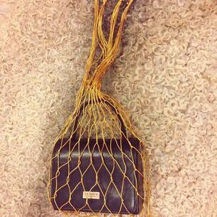 🌟VINTAGE GULDIG NÄTVÄSKA 🌟 Att ha en annan väska i (bild 1, svart väska ingår ej!) eller bära frukt i. Möts upp i Stockholm, annars betalar köparen tillkommande frakt.
