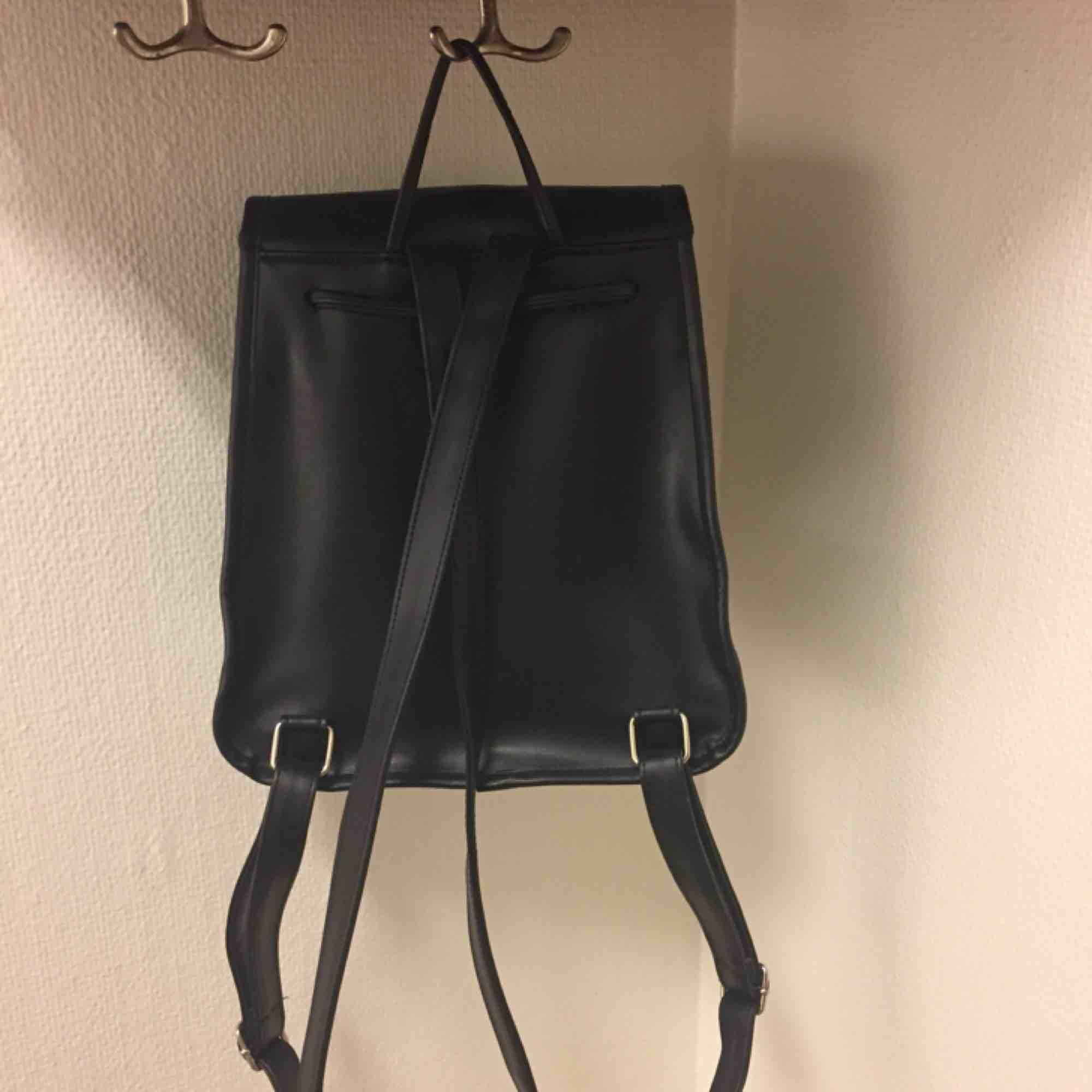 ✨🎒 STYLENANDA RYGGSÄCK 🎒✨ Fake skinn. Mått: höjd ca 24cm, bredd ca 21,5cm, djup ca 12cm. Frakt tillkommer på 63kr. Väskor.