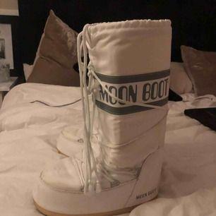 """Säljer mina coola moon boots pga att jag bara skulle ha dem under en resa.  Använd fåtal gånger.  Köpta för 1200kr. Passar mig som har 38/39 perfekt men storleken ska passa mellan 38-41 då det är en """"klumpigare"""" sko"""