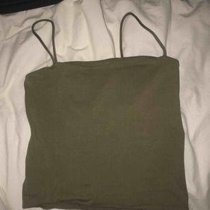 Helt vanligt grönt linne, lite kortare i modellen.  Passar XS-S Använd 1 gång