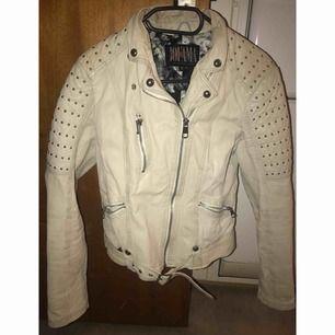 Jofama jacka i storlek 40, färg i vit. Fin skick behöver tvättas i speciell sätt antagligen på kemtvätt.